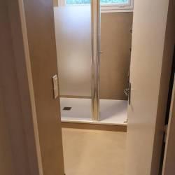 Béton ciré murs et sol dans une salle de bain