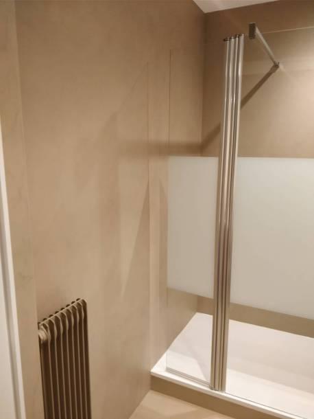 Salle de douche en béton ciré
