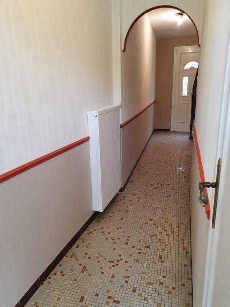 Pose de papier peint dans un couloir